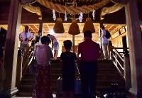 麓山の火祭りの当日、本殿で手を合わせる人たち=福島県富岡町の麓山神社で2018年8月15日、竹内紀臣撮影