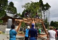 盆踊りのためのやぐらを建てる氏子たち=福島県富岡町の麓山神社で2018年8月11日、竹内紀臣撮影