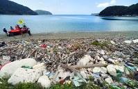 大量のプラスチックごみが流れ着いた佐田岬半島の浜辺=愛媛県伊方町で2018年7月4日、小松雄介撮影