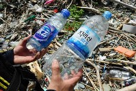 佐田岬半島の浜辺には外国から漂着したと見られるペットボトルも落ちていた=愛媛県伊方町で2018年7月4日、小松雄介撮影