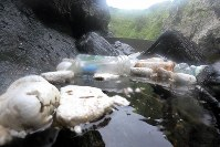 佐田岬灯台近くの海面に浮くプラスチックごみ=愛媛県伊方町で2018年7月5日、小松雄介撮影