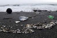 佐田岬灯台近くの浜辺にも細かく砕かれたプラスチックごみが漂着していた=愛媛県伊方町で2018年7月5日、小松雄介撮影