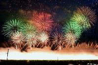 夜空を彩った打ち上げ花火=秋田県大仙市で2018年8月25日午後6時58分、森口沙織撮影