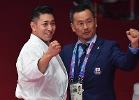 空手男子形で優勝し観客の声援に応える喜友名諒(左)=ジャカルタで2018年8月25日、宮間俊樹撮影
