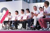 東京2020パラリンピックカウントダウンイベントでゲストの香取慎吾さんとトークを楽しむ選手たち=東京都江東区で2018年8月25日午後5時10分、和田大典撮影