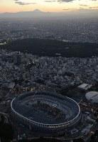 東京パラリンピック開催まで2年となった建設中の新国立競技場=東京都内で2018年8月25日午後6時34分、本社ヘリから