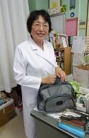 「さあ、きょうも回診に出るよ」と笑う内藤いづみ医師=甲府市のふじ内科クリニックで2017年5月11日、滝野隆浩撮影