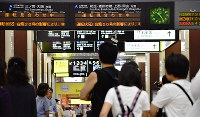 運転再開を待つ人々で混み合う兵庫県姫路市のJR姫路駅=待鳥航志撮影