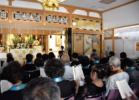 西日本豪雨で亡くなった人々を悼み西昭寺で営まれた四十九日法要=広島県坂町小屋浦2で、隈元悠太撮影
