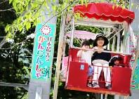 観覧車の鉄柱には「日本最古」の文字。人気の撮影ポイントになっている=北海道函館市の函館公園こどものくにで2018年8月20日、貝塚太一撮影