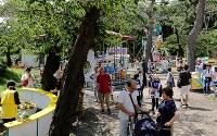 平日にも関わらず、世代を超えて多くの家族連れでにぎわう園内=北海道函館市の函館公園こどものくにで2018年8月20日、貝塚太一撮影