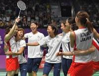 バドミントン女子団体決勝【日本-中国】優勝し喜ぶ日本の選手たち=ジャカルタで2018年8月22日、徳野仁子撮影