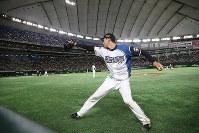 三回裏、次のイニングに向けて投球練習する日本ハム先発の宮台。宮台は東大出身の投手として51年ぶりの先発登板を果たした=東京ドームで2018年8月23日、山本晋撮影