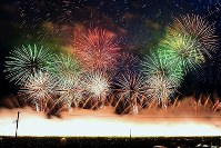 全国の花火師たちがハイレベルな技術を競い合う「全国花火競技大会」(大曲の花火)が25日、秋田県大仙市の雄物川河川敷で開かれた=秋田県大仙市で2018年8月25日午後6時58分、森口沙織撮影