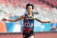 女子マラソンで2位でフィニッシュする野上恵子=ジャカルタで2018年8月26日、宮間俊樹撮影