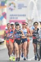 女子マラソンで力走する2位に入った野上恵子(手前)。右奥は田中華絵=ジャカルタで2018年8月26日、宮間俊樹撮影