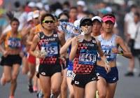 給水しながら力走する2位に入った野上恵子(中央右)。同左は田中華絵=ジャカルタで2018年8月26日、宮間俊樹撮影
