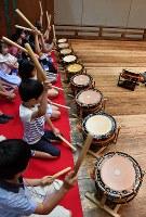 勢いよく太鼓をたたく子供たち=大阪市中央区で、望月亮一撮影