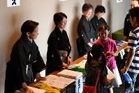 受付で、子供たちを出迎える紋付き袴姿の能楽師=大阪市中央区で、望月亮一撮影