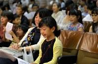 能楽師の指導の下、姿勢良く謡の練習をする子供たち=大阪市中央区で、望月亮一撮影
