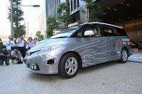 一般客を乗せ公道に出る自動運転タクシー=東京都千代田区で2018年8月27日午前9時8分、玉城達郎撮影