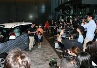 世界初となる自動運転タクシー公道営業実証実験に集まった多くの報道陣=東京都千代田区で2018年8月27日午前9時5分、玉城達郎撮影