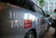 世界初の公道営業実証実験を行う自動運転タクシー=東京都千代田区で2018年8月27日午前8時13分、玉城達郎撮影