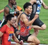 陸上男子100メートル決勝で力走する山県亮太(手前から2人目)。銅メダルを獲得した=ジャカルタで2018年8月26日、宮間俊樹撮影