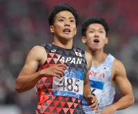 陸上男子100メートル決勝、10秒00の3位でフィニッシュした山県亮太(左)=ジャカルタのブンカルノ競技場で2018年8月26日、徳野仁子撮影