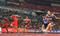 陸上男子100メートル決勝、3位でフィニッシュする山県亮太(右端)。左から2人目は優勝した中国の蘇炳添=ジャカルタのブンカルノ競技場で2018年8月26日、徳野仁子撮影