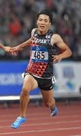 陸上男子100メートル決勝、10秒00の3位でフィニッシュする山県亮太=ジャカルタのブンカルノ競技場で2018年8月26日、徳野仁子撮影