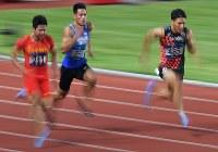 陸上男子100メートル決勝で3位の山県亮太(右)。左は優勝した中国の蘇炳添=ジャカルタで2018年8月26日、宮間俊樹撮影