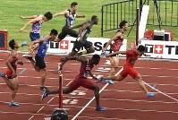 陸上男子100メートル決勝で優勝した中国の蘇炳添(右端)。右端から2人目は3位の山県亮太=ジャカルタで2018年8月26日、宮間俊樹撮影