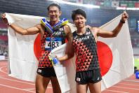 陸上十種競技で優勝した右代啓祐(左)と中村明彦=ジャカルタで2018年8月26日、徳野仁子撮影