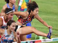 陸上女子100メートル障害決勝で5位に終わった青木益未(右)=ジャカルタで2018年8月26日、宮間俊樹撮影