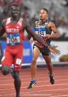 陸上男子400メートル決勝、5位でフィニッシュするウォルシュ・ジュリアン(奥)=ジャカルタのブンカルノ競技場で2018年8月26日、徳野仁子撮影