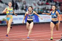 陸上女子100メートル準決勝で敗退した市川華菜(中央)=ジャカルタのブンカルノ競技場で2018年8月26日、徳野仁子撮影