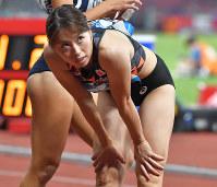 陸上女子100メートル準決勝で敗退となり、記録を見つめる市川華菜=ジャカルタのブンカルノ競技場で2018年8月26日、徳野仁子撮影