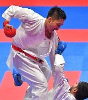 空手男子組手84キロ級準決勝、相手を攻める荒賀龍太郎=ジャカルタで2018年8月27日、徳野仁子撮影