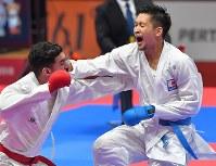 空手男子組手84キロ級決勝、攻める荒賀龍太郎(右)=ジャカルタで2018年8月27日、徳野仁子撮影
