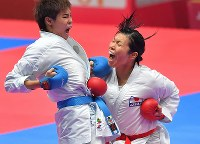 空手女子組手68キロ級3位決定戦、相手を攻める染谷香予(右)=ジャカルタで2018年8月27日、徳野仁子撮影
