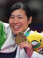 空手女子組手68キロ級、銅メダルを手に笑顔の染谷香予=ジャカルタで2018年8月27日、徳野仁子撮影
