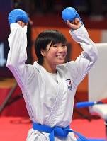空手女子組手50キロ級3位決定戦、銅メダルを獲得し喜ぶ宮原美穂=ジャカルタで2018年8月27日、徳野仁子撮影