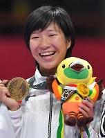 空手女子組手50キロ級、銅メダルを手に笑顔の宮原美穂=ジャカルタで2018年8月27日、徳野仁子撮影