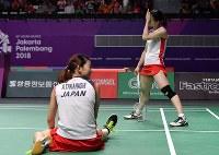 女子ダブルス決勝で中国ペアと対戦し最後は相手スマッシュが決まり2―0で敗れた高橋礼華、松友美佐紀組=ジャカルタで2018年8月27日、宮間俊樹撮影