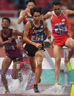 陸上男子3000メートル障害決勝、3位に入った塩尻和也(中央)=ジャカルタのブンカルノ競技場で2018年8月27日、徳野仁子撮影