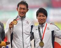 陸上男子十種競技、金メダルを手に喜ぶ右代啓祐(左)と銅メダルをかけ笑顔の中村明彦=ジャカルタのブンカルノ競技場で2018年8月27日、徳野仁子撮影