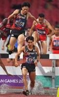 陸上男子3000メートル障害決勝、3位に入った塩尻和也(手前)。左後方は山口浩勢=ジャカルタのブンカルノ競技場で2018年8月27日、徳野仁子撮影