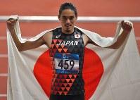 陸上男子400メートル障害決勝、3位となり日の丸を掲げる安部孝駿=ジャカルタのブンカルノ競技場で2018年8月27日、徳野仁子撮影