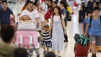 海外に出国する人たちでにぎわう出発ロビー=成田空港で2018年8月10日午前10時9分、小川昌宏撮影